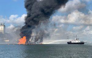 Власти заявили, что 4 человека пропали без вести после взрыва газопровода в порту Техаса.